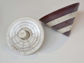 "Karin Sauer. Diskurs ""Toppe"", 12/7 cm x 20/16 cm, Rakubrændt keramik"
